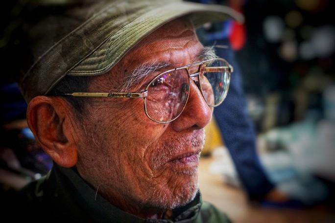 Nghệ sĩ khắc khổ Trần Hạnh gần 90 tuổi vẫn bán xăng, bán hàng - Ảnh 1.