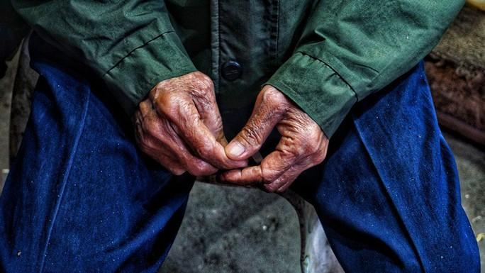 Nghệ sĩ khắc khổ Trần Hạnh gần 90 tuổi vẫn bán xăng, bán hàng - Ảnh 10.