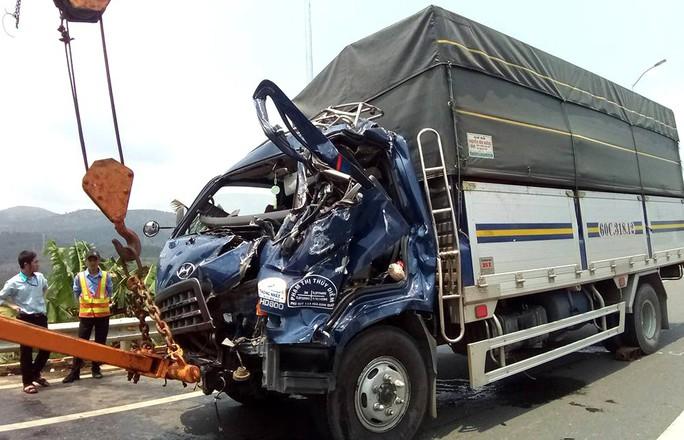 Xe tải lao vào trạm thu phí BOT, tài xế chết kẹt trong cabin - Ảnh 1.