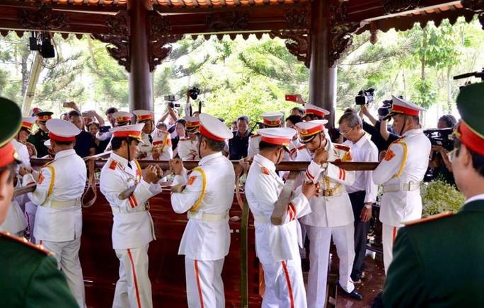 Linh cữu cố Thủ tướng Phan Văn Khải đã về đến quê nhà - Ảnh 17.