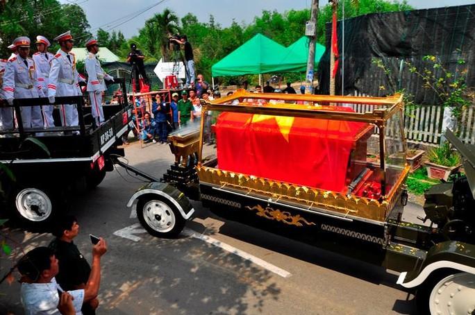 Linh cữu cố Thủ tướng Phan Văn Khải đã về đến quê nhà - Ảnh 11.