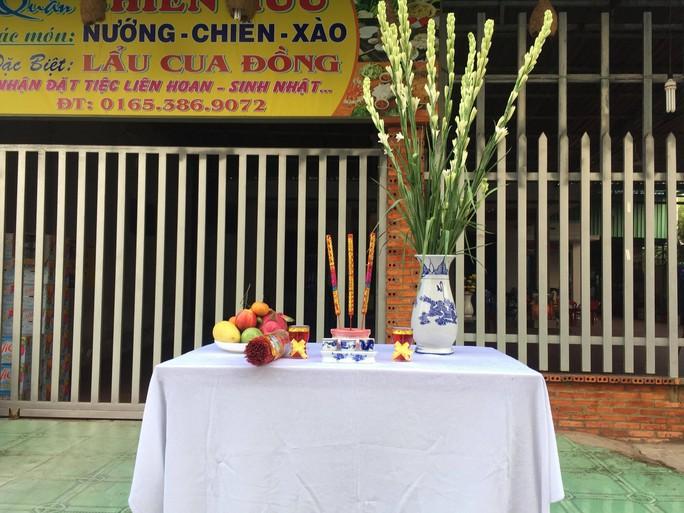 Người dân lập bàn thờ tiếc thương cố Thủ tướng Phan Văn Khải - Ảnh 3.