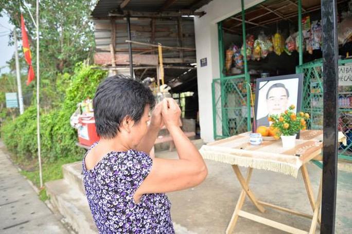 Người dân lập bàn thờ tiếc thương cố Thủ tướng Phan Văn Khải - Ảnh 2.
