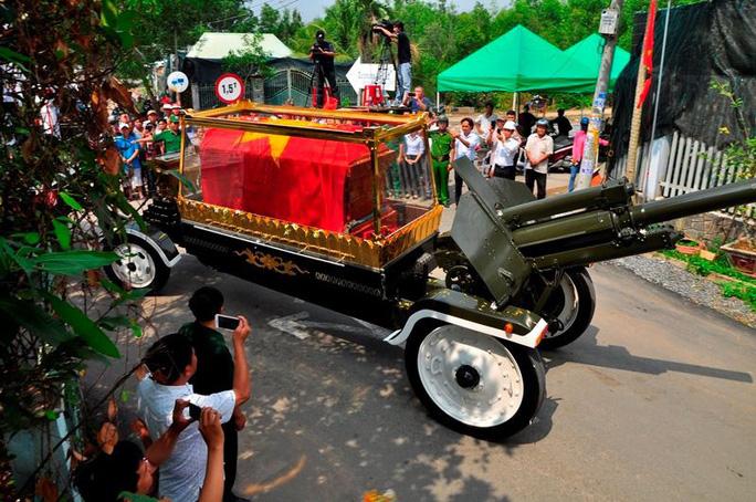 Linh cữu cố Thủ tướng Phan Văn Khải đã về đến quê nhà - Ảnh 7.