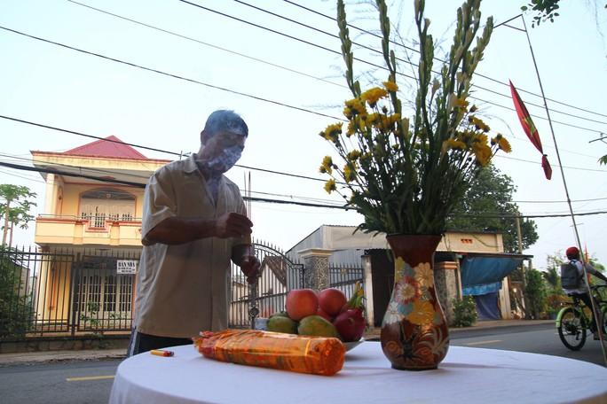 Người dân lập bàn thờ tiếc thương cố Thủ tướng Phan Văn Khải - Ảnh 1.