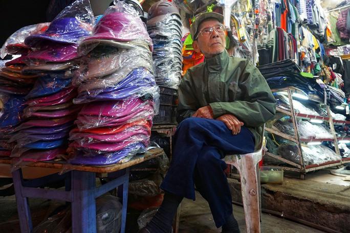 Nghệ sĩ khắc khổ Trần Hạnh gần 90 tuổi vẫn bán xăng, bán hàng - Ảnh 4.