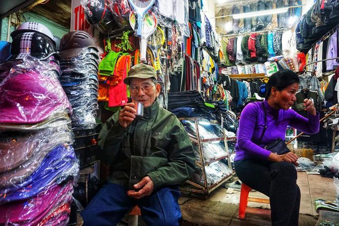 Nghệ sĩ khắc khổ Trần Hạnh gần 90 tuổi vẫn bán xăng, bán hàng - Ảnh 6.