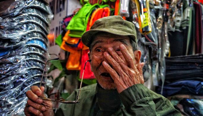 Nghệ sĩ khắc khổ Trần Hạnh gần 90 tuổi vẫn bán xăng, bán hàng - Ảnh 7.