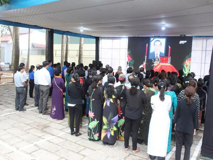 Người dân lập bàn thờ tiếc thương cố Thủ tướng Phan Văn Khải - Ảnh 13.