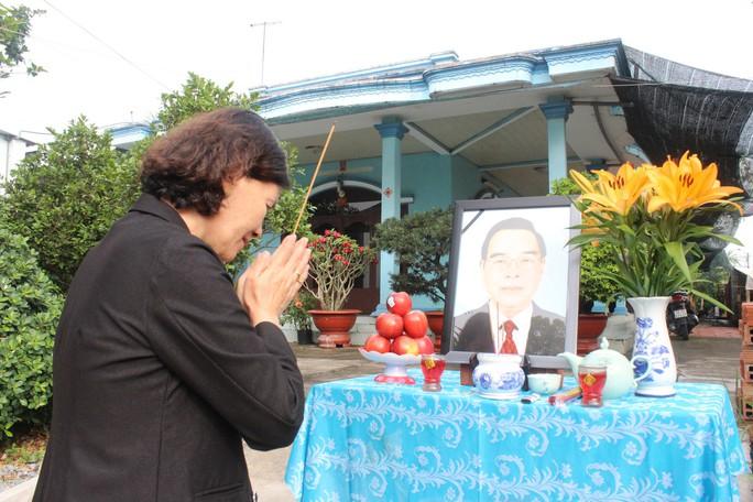 Người dân lập bàn thờ tiếc thương cố Thủ tướng Phan Văn Khải - Ảnh 5.