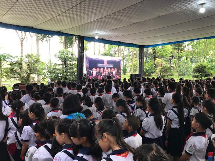 Người dân lập bàn thờ tiếc thương cố Thủ tướng Phan Văn Khải - Ảnh 9.