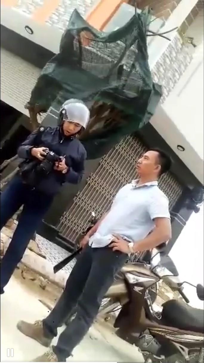 Một phóng viên bị đánh, dọa giết khi ghi hình xe quá tải - Ảnh 1.