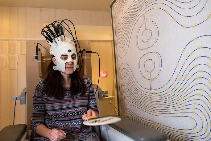 Chiếc mũ kỳ lạ đo được từ trường trong não người - Ảnh 1.