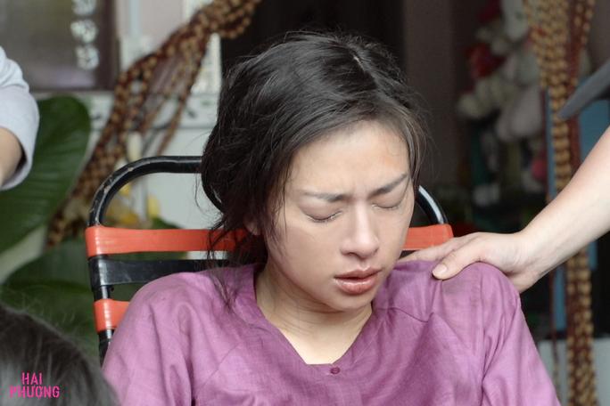 Ngô Thanh Vân té nứt xương đầu gối trên trường quay - Ảnh 2.