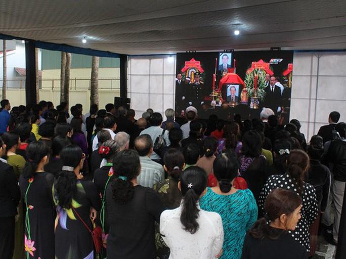Người dân lập bàn thờ tiếc thương cố Thủ tướng Phan Văn Khải - Ảnh 7.