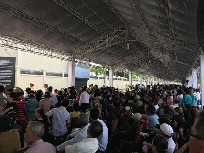 Người dân lập bàn thờ tiếc thương cố Thủ tướng Phan Văn Khải - Ảnh 8.