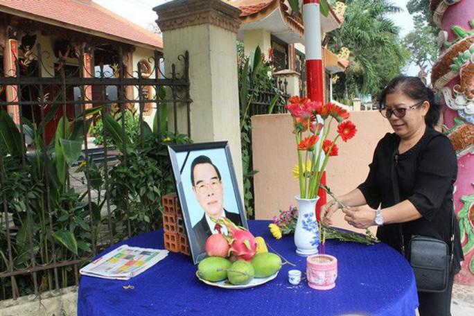 Người dân lập bàn thờ tiếc thương cố Thủ tướng Phan Văn Khải - Ảnh 6.