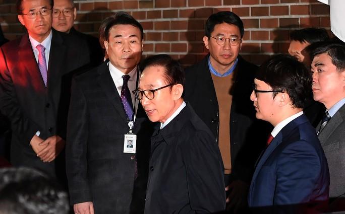 Hàn Quốc: Cựu Tổng thống Lee Myung-bak bị bắt - Ảnh 1.