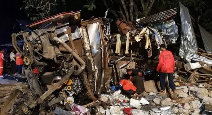 Thái Lan: Xe buýt 2 tầng tông xe tải, ít nhất 18 người chết - Ảnh 1.