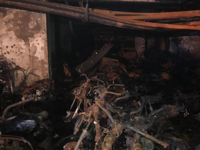 Vạ vật, kiệt sức sau vụ cháy chung cư Carina - Ảnh 5.