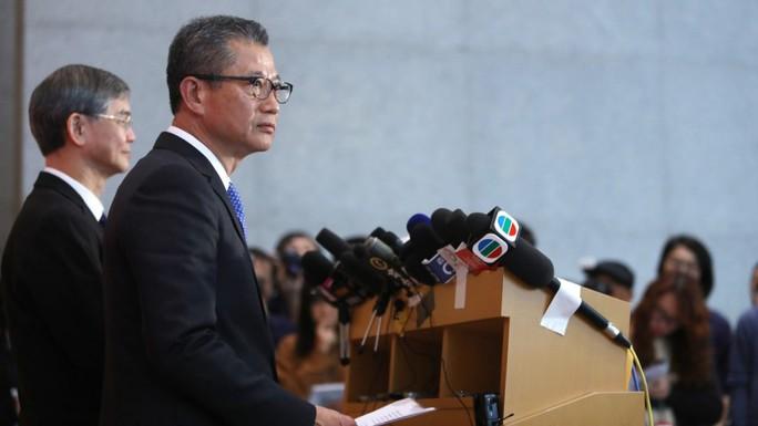 Chính quyền Hồng Kông phát tiền cho người dân - Ảnh 1.