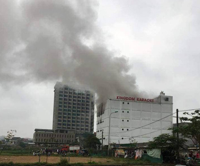 Cháy lớn tại quán karaoke ở  Hà Tĩnh, giải cứu một số người mắc kẹt - Ảnh 1.
