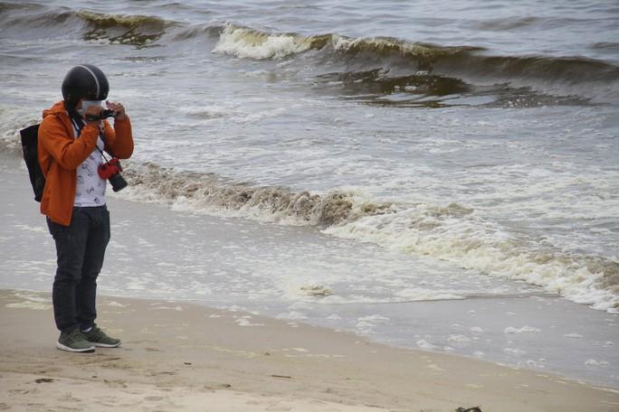 Hơn 3 km biển Đà Nẵng đổi màu sẫm và bốc mùi hôi - Ảnh 3.