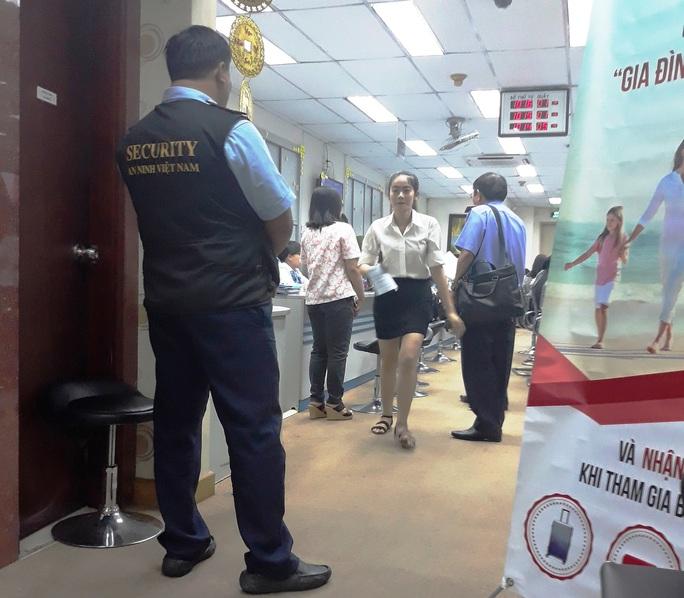 Bộ Công an khám xét chi nhánh Ngân hàng Eximbank ở quận 1 - Ảnh 4.