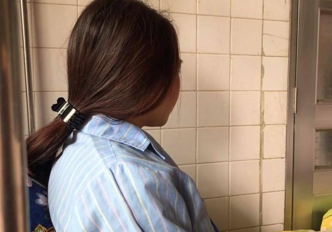 Phụ huynh đánh nữ giáo viên thực tập đe dọa sẩy thai bị cấm đi khỏi nơi cư trú - Ảnh 1.
