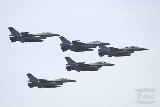 Máy bay Đài Loan xuất kích, theo sát chiến đấu cơ Trung Quốc - Ảnh 1.