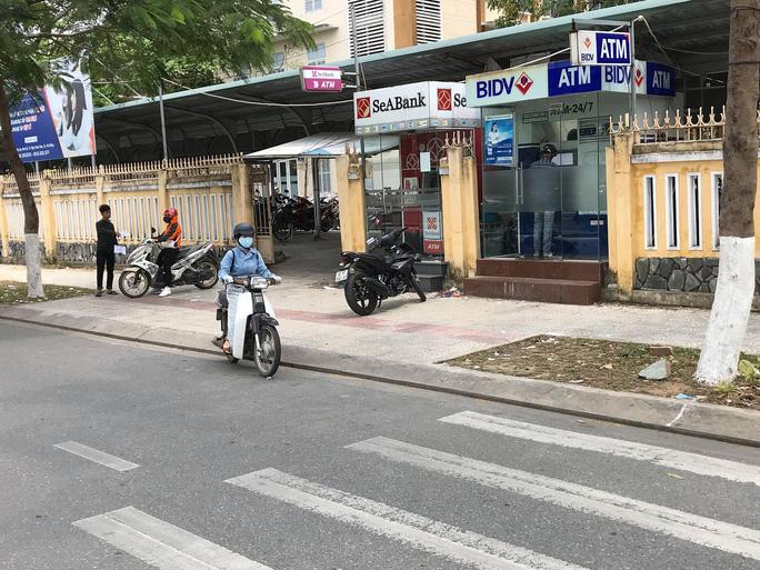 Bắt quả tang 2 người Trung Quốc lắp camera trộm mã pin ATM - Ảnh 1.