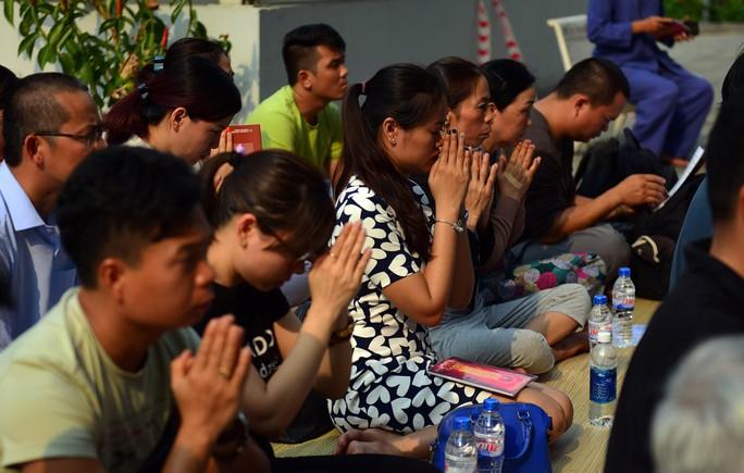 Đau lòng cầu siêu cho 13 nạn nhân thiệt mạng chung cư Carina - Ảnh 8.