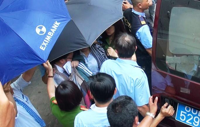 Vụ mất 245 tỉ đồng tại Eximbank:  Khởi tố 5 nhân viên, bắt 2 người liên quan - Ảnh 2.