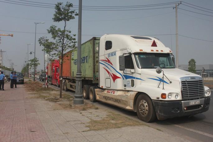 Thanh tra giao thông đấu trí với tài xế chở hàng quá tải suốt nhiều giờ - Ảnh 1.
