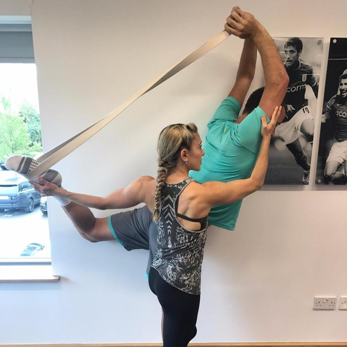 Cô giáo yoga xinh đẹp giúp sức Terry và đồng đội - Ảnh 3.