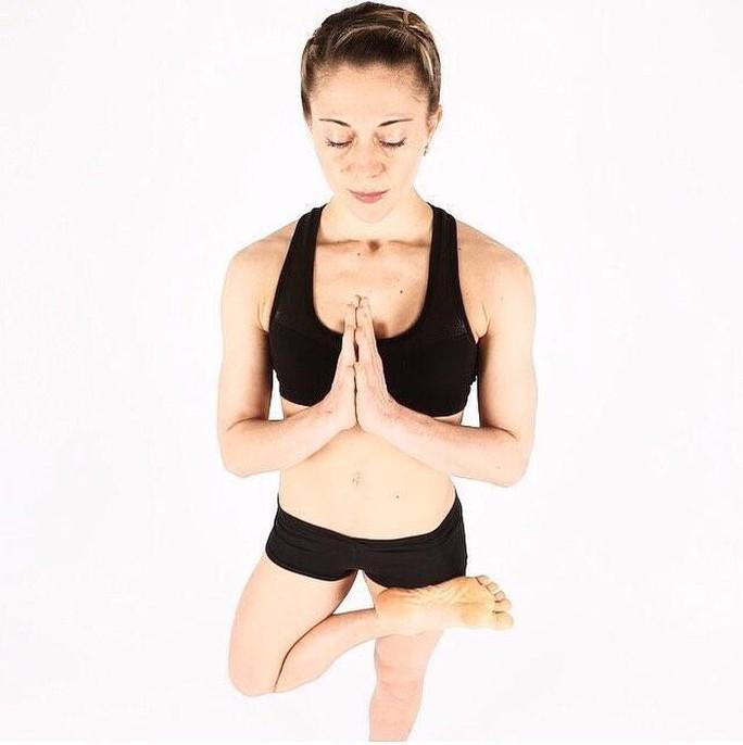 Cô giáo yoga xinh đẹp giúp sức Terry và đồng đội - Ảnh 6.
