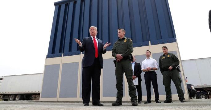 Tổng thống Trump đá bóng bức tường biên giới sang quân đội - Ảnh 1.