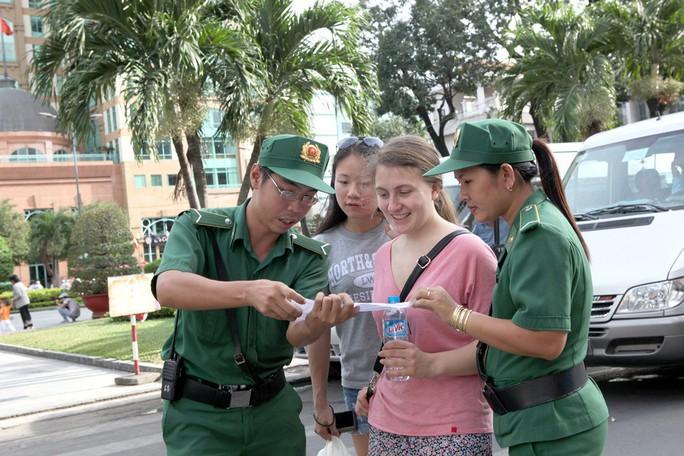 Màu áo Thanh niên xung phong hiện diện khắp các ngã đường - Ảnh 2.