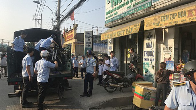 Người dân TP HCM lo lắng tình trạng cháy chung cư, lấn vỉa hè - Ảnh 1.