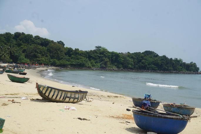 Bãi biển miền Trung bị xẻ thịt - Ảnh 1.