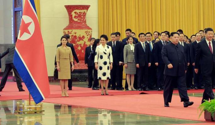 Đằng sau nụ cười của ông Kim Jong-un - Ảnh 2.