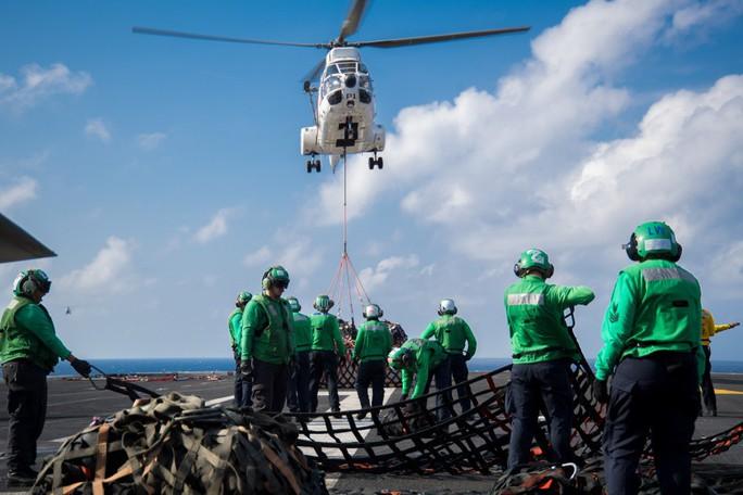 Hình ảnh mới nhất trên Biển Đông của tàu sân bay Mỹ sắp đến Việt Nam - Ảnh 18.