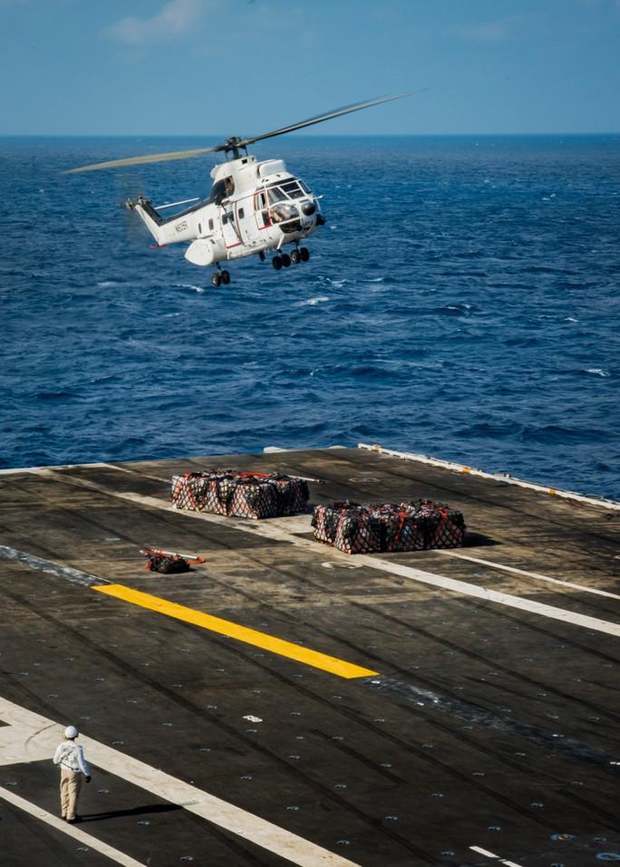 Hình ảnh mới nhất trên Biển Đông của tàu sân bay Mỹ sắp đến Việt Nam - Ảnh 17.