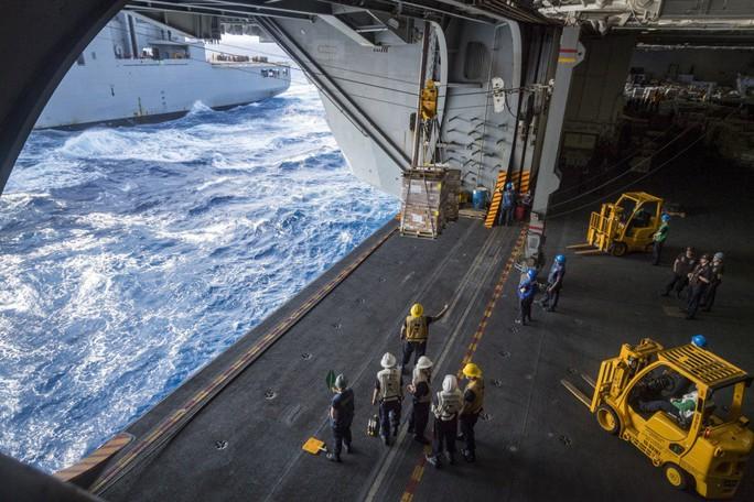 Hình ảnh mới nhất trên Biển Đông của tàu sân bay Mỹ sắp đến Việt Nam - Ảnh 19.