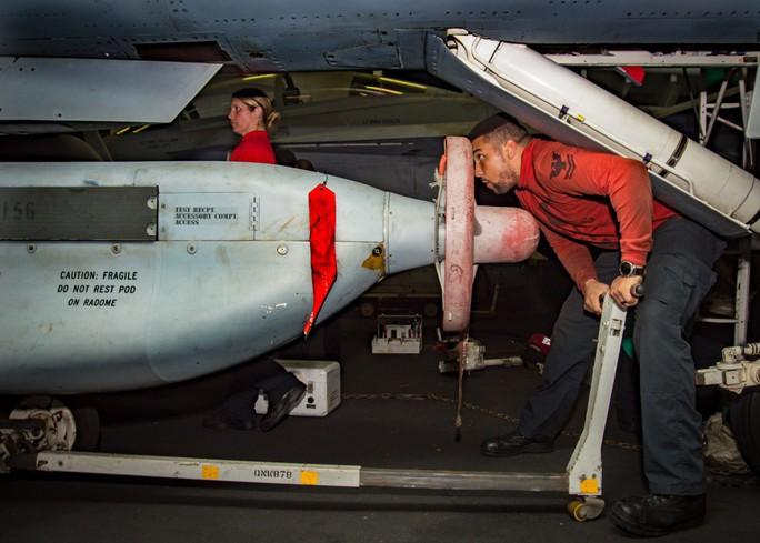 Hình ảnh mới nhất trên Biển Đông của tàu sân bay Mỹ sắp đến Việt Nam - Ảnh 25.