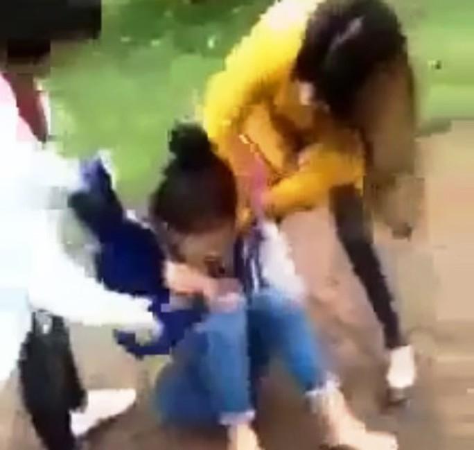 Clip nữ sinh lớp 11 bị đánh hội đồng, lột đồ, quay clip - Ảnh 1.