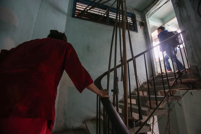 Tử thần chực chờ các chung cư cũ tại TP HCM - Ảnh 4.