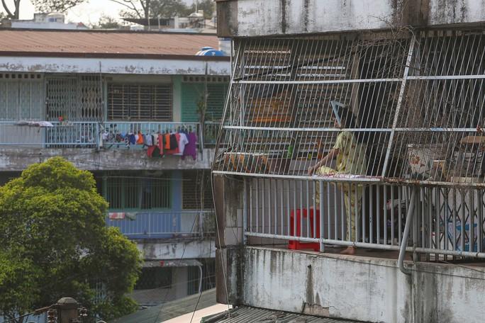 Tử thần chực chờ các chung cư cũ tại TP HCM - Ảnh 13.