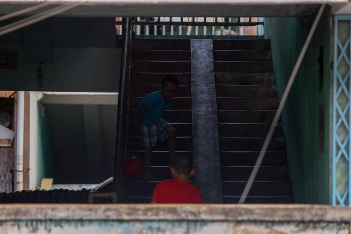 Tử thần chực chờ các chung cư cũ tại TP HCM - Ảnh 15.