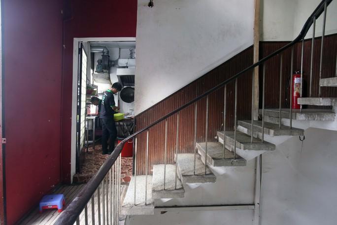 Tử thần chực chờ các chung cư cũ tại TP HCM - Ảnh 2.